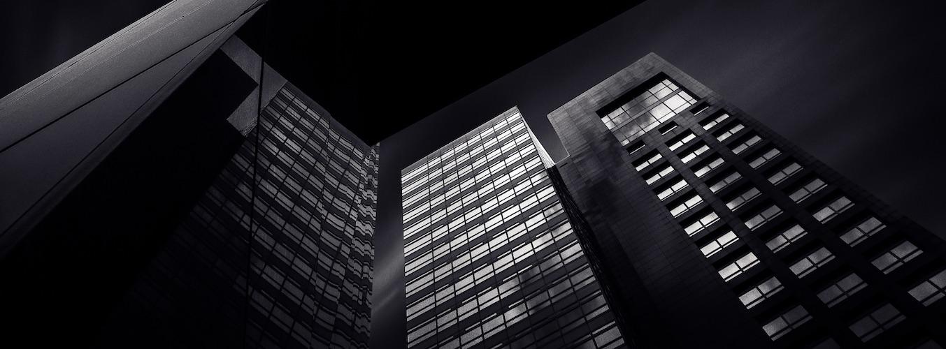Edificios oficinas vistos en perspectiva desde abajo